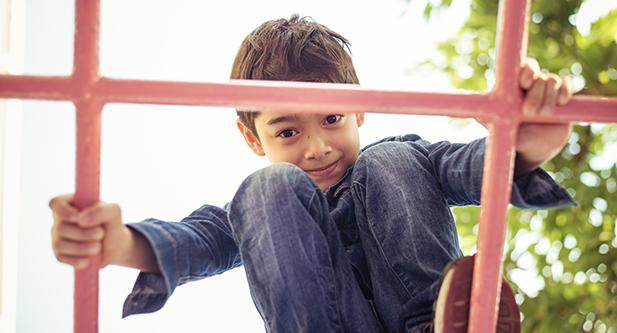 En pojke leker på en lekplats