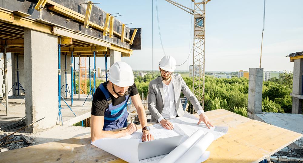 Två arbetare på ett bygge