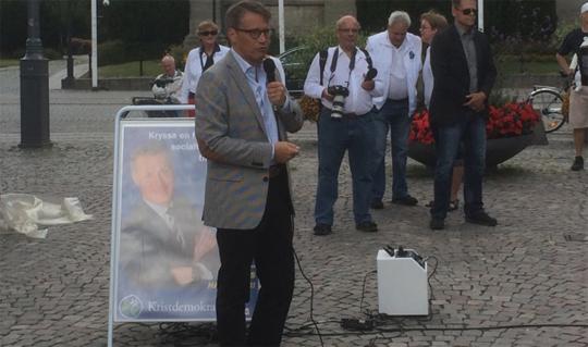 Göran Hägglund talar vid valstugorna på Stortorget