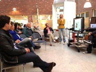 Anna Magnusson talar på samtalskvällen i Sollentuna bibliotek.