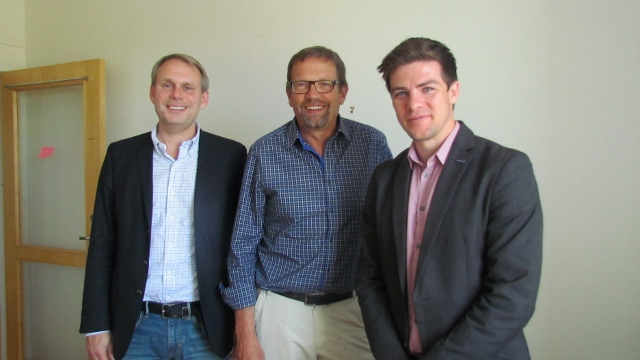 Magnus Ramstrand poserar med företrädare för Tryggare Sverige.