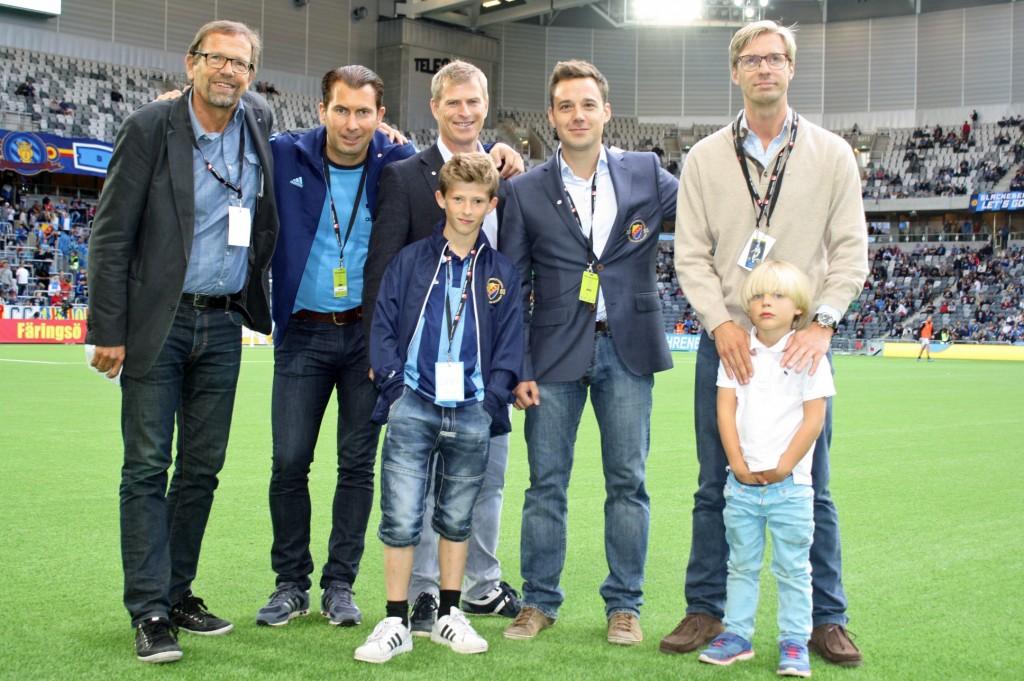 Magnus Ramstrand (KD), till vänster, med företrädare för Drive in-fotboll.