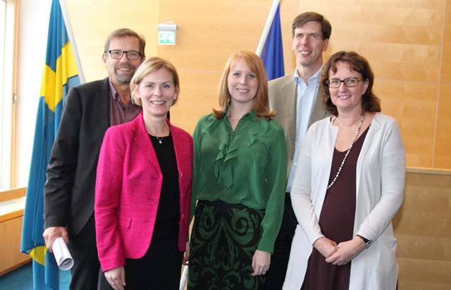 Magnus Ramstrand (KD), till vänster, tillsammans med övriga kommunledningen och näringsminister Annie Lööf, i grön tröja.