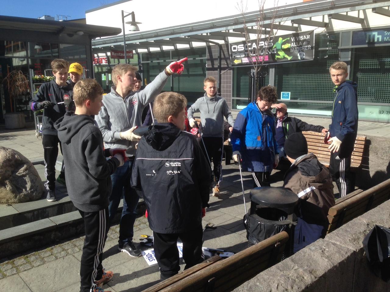 Sollentuna fotboll hjälper till att städa kommunen