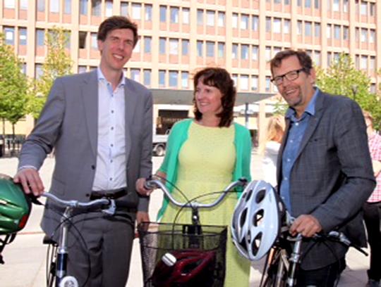 Douglas Lithborn (M), Anna-Lena Johansson (FP) och Magnus Ramstrand (KD) på cyklar. Foto: Eva Nilsson