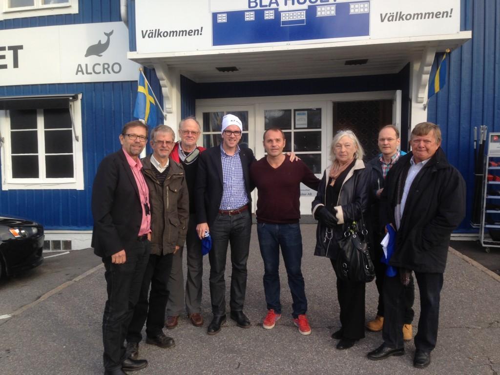 Magnus Ramstrand tillsammans med flera kristdemokrater och riksdagsman Andreas Carlson, KD, hos Jonas Boström, VD på Blå Huset, ett välmående familjeföretag i Sollentuna.