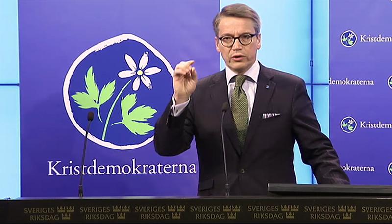 Göran Hägglund på presskonferens under torsdagen.