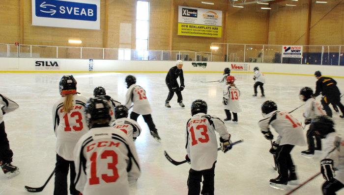 Mats Sundin med skolungdomar under sportlovet. Foto: Sollentuna kommun