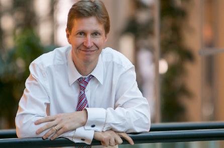 Jesper Haglund, kandidat till Europaparlamentet. Jesper är 44 år, uppvuxen i Nyköping och har studerat och arbetat med EU-frågor sedan 1994. Han är idag utrikespolitisk rådgivare i EPP-gruppen i Europaparlamentet.