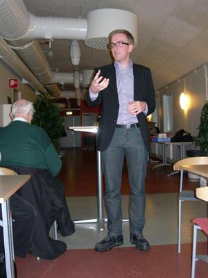 Alf Svenssons högra hand, pressekreterare Andreas Carlson, talade om arbetet i EU-parlamentet. (Foto: Håkan Johansson)
