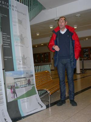 Badmästare Per Hansen beskriver hur simhallen kommer att fungera när den är färdig. (Foto: Håkan Johansson)