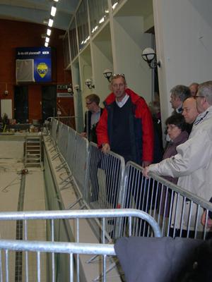 Värnamos kristdemokrater lyssnar intresserat när Per Hansen visar runt i simhallens ombyggnad. (Foto: Håkan Johansson)
