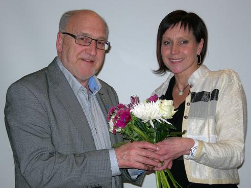 Avgående ordförande Christer Fjordevik får blommor som tack för sin insats av nyvalde ordföranden Camilla Rinaldo Miller. (Foto: Håkan Johansson)