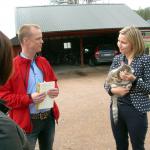 Andréas Karlsson och Ebba Busch Thor pratar jordbruksfrågor. (Foto: Håkan Johansson)