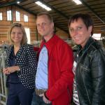 Ebba Busch Thor, Andréas Karlsson och Camilla Rinaldo Miller hänger med korna en stund. (Foto: Håkan Johansson)