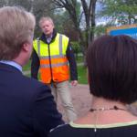 Mannen med frisyren, Lars Adaktusson (KD), lyssnar intresserat när Ronnie Björkström berättar om de pågående arbetena med att bygga fördämningar och pumpstationer i Värnamos finpark, Åbroparken. (Foto: Håkan Johansson)