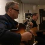 AJT levererar gitarrjazz av yppersta klass när Kristdemokraterna Värnamo håller årsmöte på Gummifabriken. (Foto: Håkan Johansson)