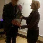 Gunnar Crona överlämnar en blomma till Camilla Rinaldo Miller för hennes tid som ordförande för Kristdemokraeterna Värnamo. (Foto: Håkan Johansson)