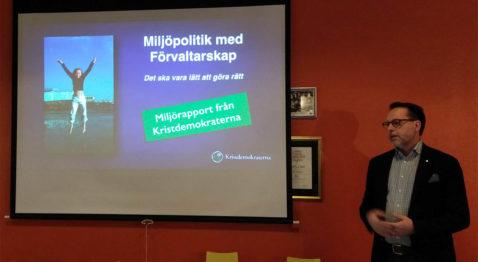 """Det ska vara lätt att göra rätt. Lars Thunberg presenterar Kristdemokraternas miljöpolitiska rapport """"Miljöpolitik med förvaltarskap"""" på årsmötet i Kafferepet. (Foto: Håkan Johansson)"""