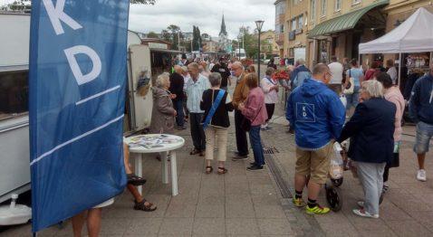Det var många som vill samtala om dagsaktuell politik över kaffe och våffla. (Foto: Håkan Johansson)