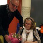 Gunnar Crona överlämnar den första utmärkelsen Årets kristdemokrat i Värnamo till Karin Rylander. (Foto: Arnold Carlsson)