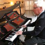 Bernt Olsson underhåller på piano. (Foto: Ann-Mari Wiberg)