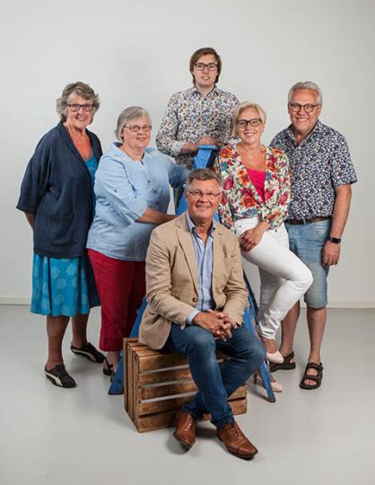 Bakre raden: Margareta Lindahl, Lena Freij, Gustav Eek, Camilla Rinaldo Miller och Arnold Carlzon. Främre raden: Stig Claesson. (Foto: Studiofotograferna)