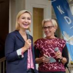 Plötsligt dök Sveriges bästa partiledare Ebba Busch Thor (KD) upp när Camilla Rinaldo Miller (KD) hade garden party hemma hos sig i Bredaryd. (Foto: Håkan Johansson)