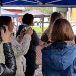 Ett 70-tal inbjudna kvinnor hade kommit till Camilla Rinaldo Millers Garden Party i Bredaryd. Många ville ha med sig Ebba Busch Thor hem. (Foto: Håkan Johansson)