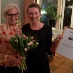 """Camilla Rinaldo Miller överlämnar Vitsippspriset till Sofia Elmgren för att hon """"arbetat outtröttligt och engagerat för att få en fungerande integration i Värnamo kommun"""". (Foto: Håkan Johansson)"""