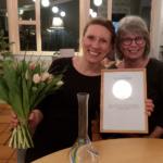 Sofia Elmgren, Rydaholm, och projektet Unga internationella vänner är årets mottagare av Vitsippspriset. Till höger sitter Monica Johnsson som nominerade Sofia som pristagare. (Foto: Håkan Johansson)