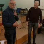 Dan Lindau från Hela Människan LP Finnveden lyssnar till Kristdemokraternas Gunnar Crona när han läser upp motiveringen för Vitsippspriset. (Foto: Håkan Johansson)