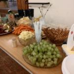 Ett dignande bord fyllt med mingelvänliga godsaker. (Foto: Håkan Johansson)