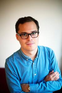 Bild på Steven, i blå skjorta och glasögon