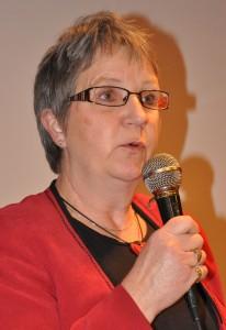 Karin Högberg håller i en mikrofon