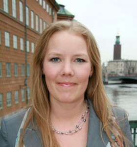 Emma Henriksson (KD) framför riksdagshuset i Stockholm