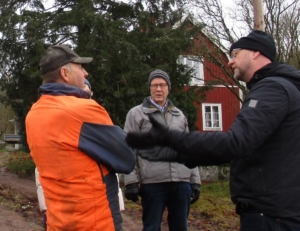 Samtal pågår vid gården i Hedingsmåla. I förgrunden syns från vänster Ingemar Hübsch samt Magnus Oscarsson. I bakgrunden syns från vänster Linda Masman samt Johny Martinsson.