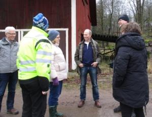 Besök på gården i Hedingsmåla. Från vänster syns Johny Martinsson, Peter Gustavsson, Linda Masman, Michael Hübsch, Magnus Oscarsson samt Elvira Wibeck.